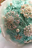Diamentowa ręka z wstążką kwiaty róży bukiet z bukietem naramienników z kwiatem