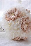 Bukiet ślubny na świeżym powietrzu, trzymając wesele